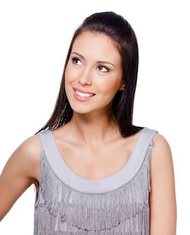 Портрет молодой красивой думающей женщины, интересной в чем-то с веселой улыбкой
