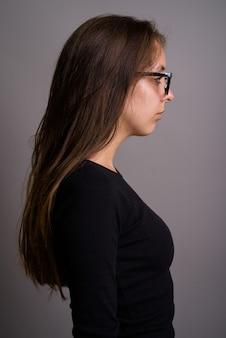 회색 배경에 아름 다운 젊은 여자의 초상화