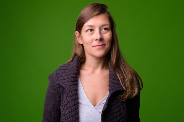 녹색 벽에 아름 다운 젊은 여자의 초상화
