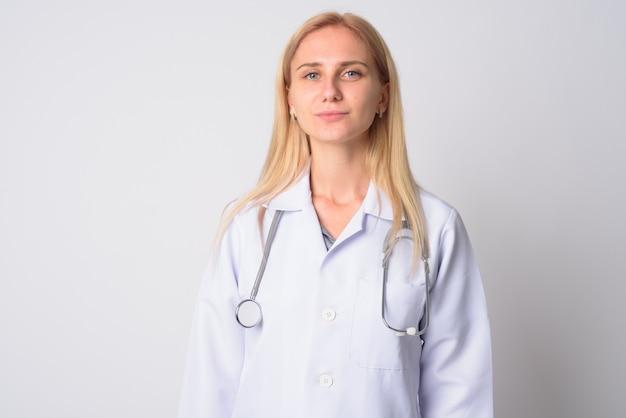 白地にブロンドの髪を持つ若い美しい女性医師の肖像画