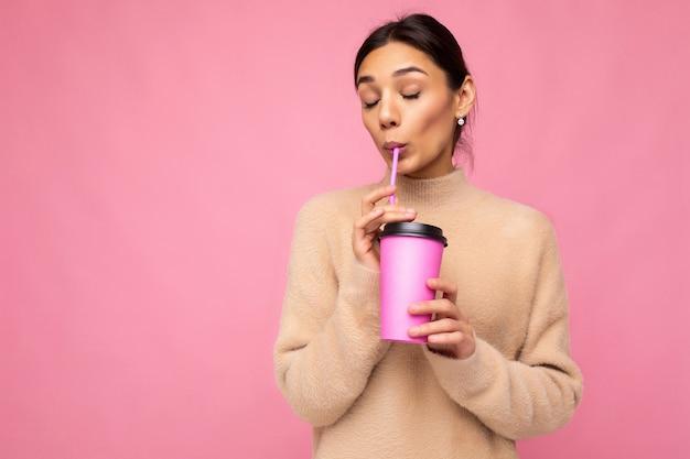 커피를 마시는 젊은 아름 다운 여자의 초상화