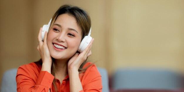 音楽を楽しんでいる若い美しい女性の肖像画