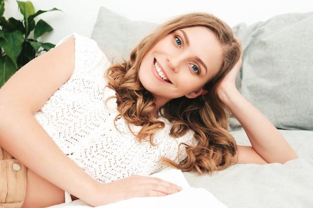 Портрет молодой красивой женщины в повседневной одежде