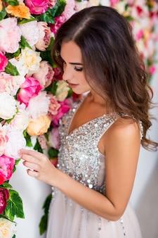화려한 꽃 배경 위에 드레스를 입고 아름 다운 젊은 여자의 초상화