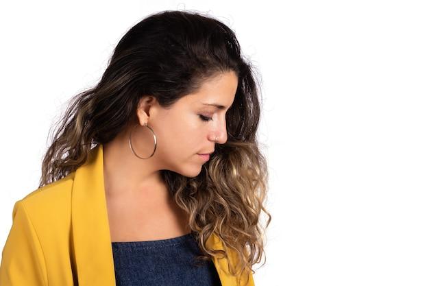 Портрет молодой красивой женщины в студии на белом фоне.