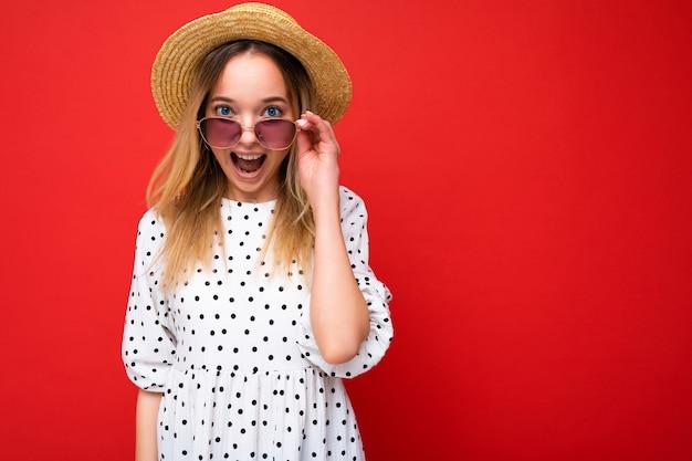 夏の衣装で若い美しい女性の肖像画