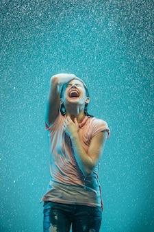 빗 속에서 젊은 아름 다운 여자의 초상화