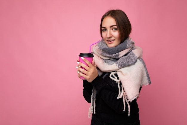 겨울 옷에 아름 다운 젊은 여자의 초상화