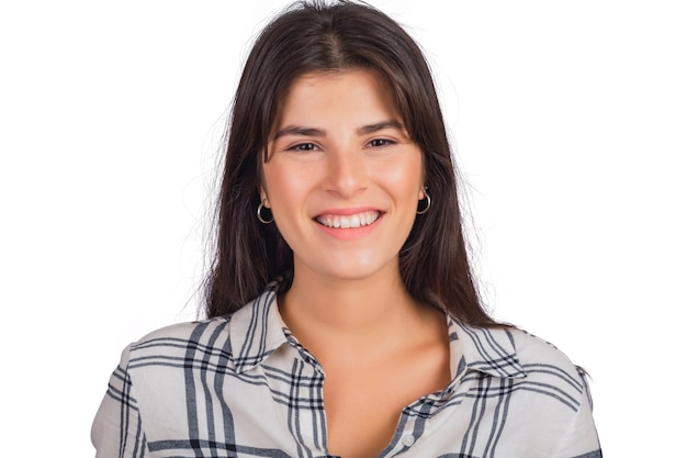 Портрет молодой красивой женщины смотрит и улыбается.
