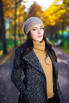 가을 공원에서 산책하는 젊은 아름 다운 여자의 초상화