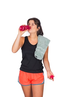 スポーツ服を着て何かを飲む若い美しい女性の肖像画