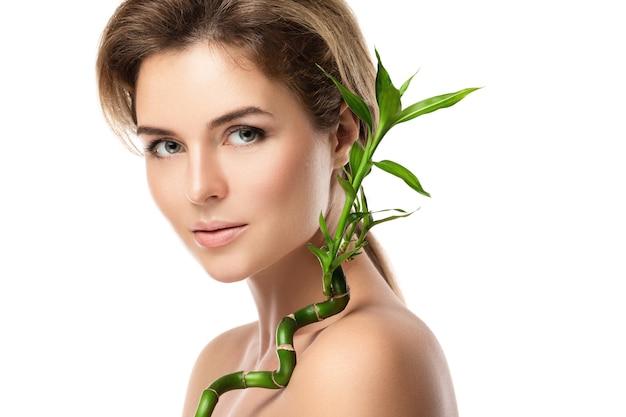 緑の竹の枝を持つ若い美しい女性の肖像画