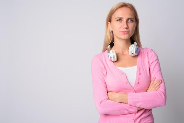 白地にブロンドの髪を持つ若い美しい女性の肖像画