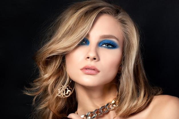 Портрет молодой красивой женщины с голубыми дымчатыми глазами модный макияж