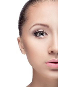 Портрет молодой красивой женщины с карими глазами, изолированными на белом. повседневный макияж