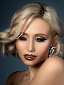 저녁으로 아름 다운 젊은 여자의 초상화를 확인합니다. 그녀의 입술에 현대 패션 아이 라이너 날개와 반짝이.