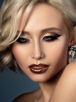 Портрет молодой красивой женщины с вечерним макияжем