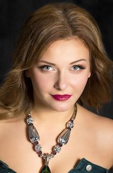 夜の化粧品で若くてきれいな女性の肖像画