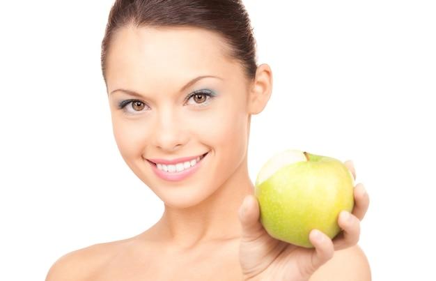 青リンゴを持つ若い美しい女性の肖像画