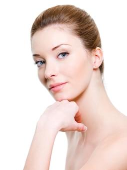 健康な肌を持つ若い美しい女性の肖像画