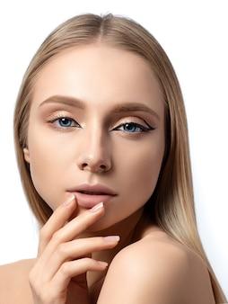 Портрет молодой красивой женщины с крыльями асимметричной подводки для глаз современной моды
