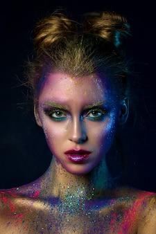 モダンなファッションの創造的なメイクで若い美しい女性の肖像画。キャットウォークまたはハロウィーンが構成します。スタジオショット