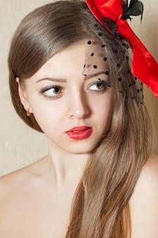 赤い口紅を持つ若い美しい女性の肖像画