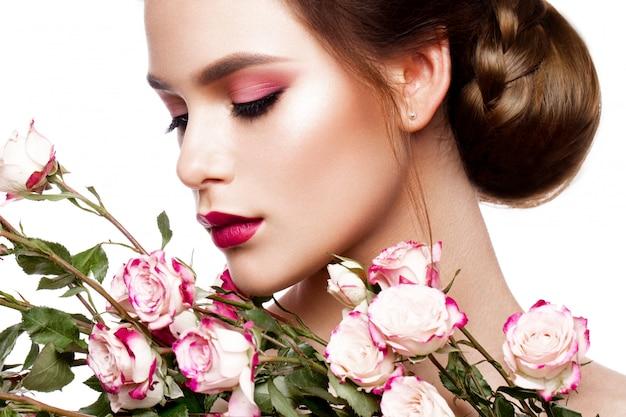 Портрет молодой красивой женщины со стильным макияжем