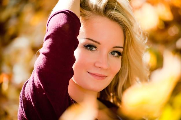 가 공원에서 젊은 금발 여자의 초상화입니다. 긴 생머리를 가진 패션 모델