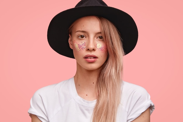 顔とスタイリッシュな帽子にキラキラと若いブロンドの女性の肖像画