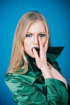 녹색 양복에 메이크업 아름다움과 패션 유행 소녀와 젊은 금발 여자의 초상화