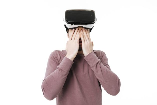 Портрет мальчика, закрывающего глаза руками в очках визуальной реальности