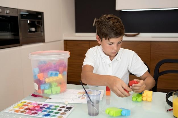Портрет молодого мальчика, играя дома