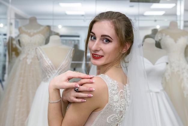店のウェディングドレスの若い花嫁の肖像画