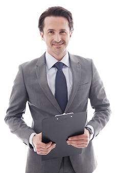 白で隔離のフォルダーを持つ若いビジネスマンの肖像画