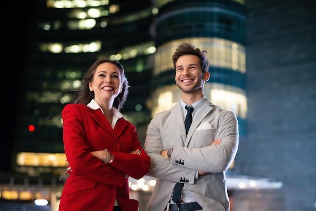 夜の若いビジネスマン、ビジネスマンと実業家の肖像