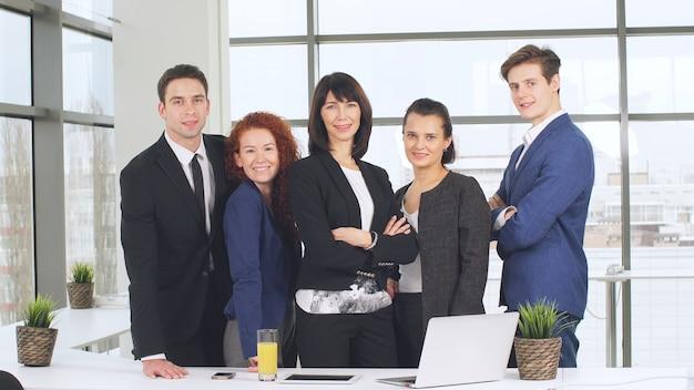 仕事で若いビジネスチームの肖像画。明るく現代的な小さな創造的なビジネス。