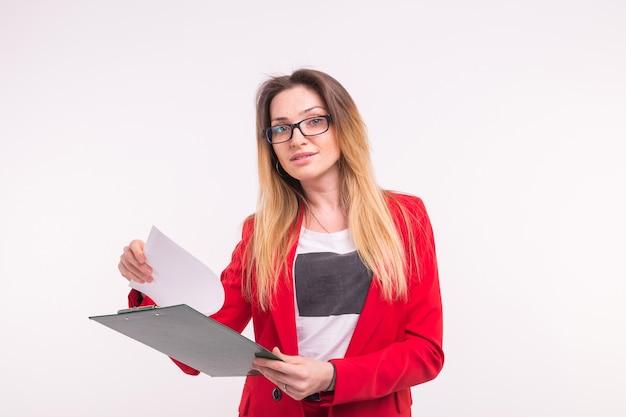 手にペーパークリップと赤いジャケットの若いビジネス女性の肖像画。