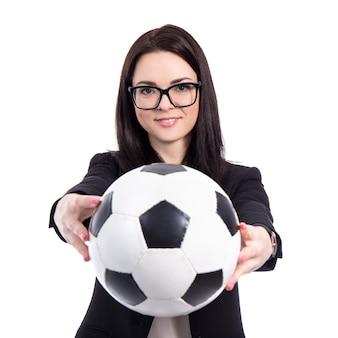 Портрет молодой деловой женщины с футбольным мячом на белом фоне