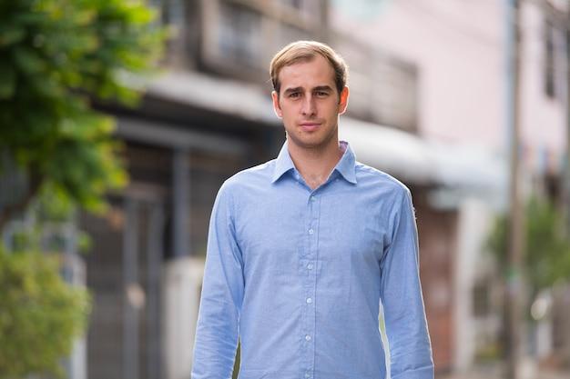 Портрет молодого бизнесмена на улице на открытом воздухе