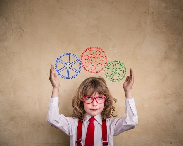 オフィスで若いビジネスマンの子供の肖像画。創造的なビジネスコンセプト
