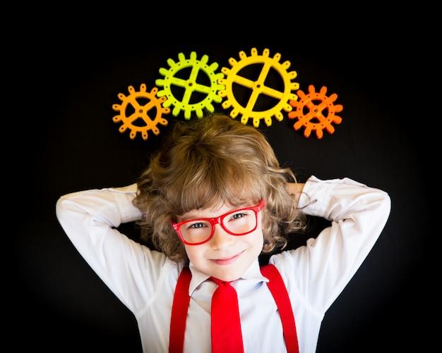 オフィスで若いビジネスマンの子供の肖像