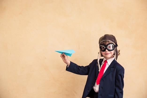 Портрет молодого бизнесмена с концепцией успеха бумажного самолетика творческой и стартап