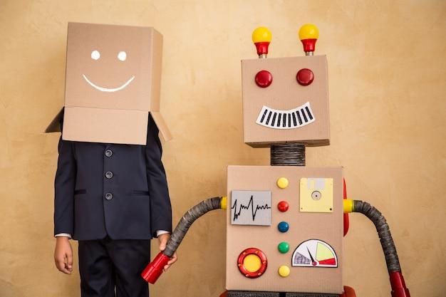 Портрет молодого бизнесмена с игрушечным роботом, успех творческой и инновационной технологической концепции