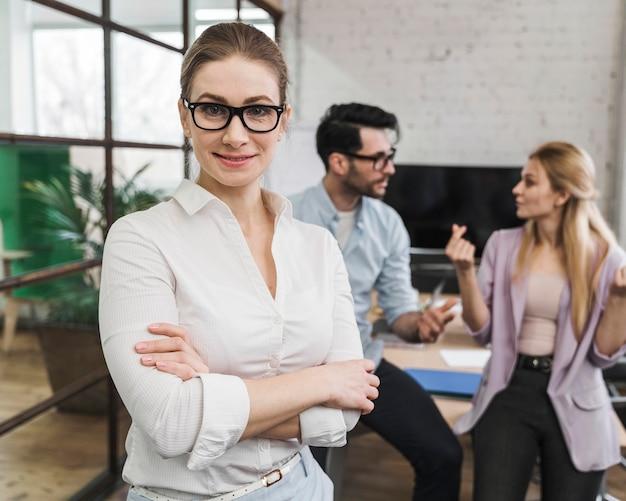 Портрет молодой деловой женщины во время встречи с коллегами