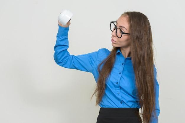 안경 커피 컵을 거꾸로 들고 놀 보는 젊은 사업가의 초상화