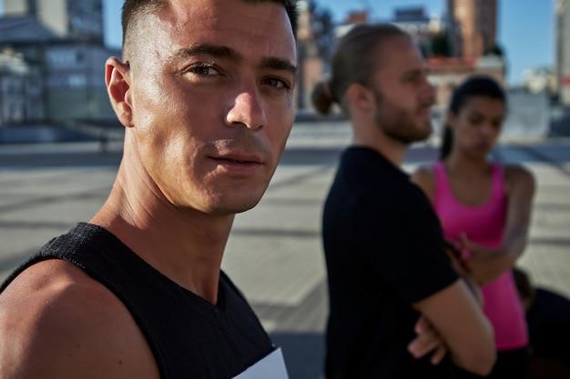 カメラを見ている若い白人スポーツマンの肖像画