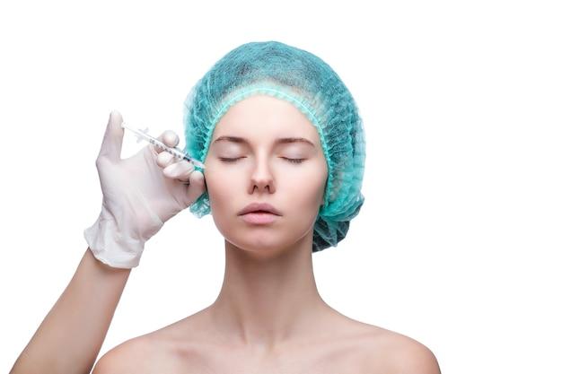 Портрет молодой кавказской женщины, получающей косметические инъекции