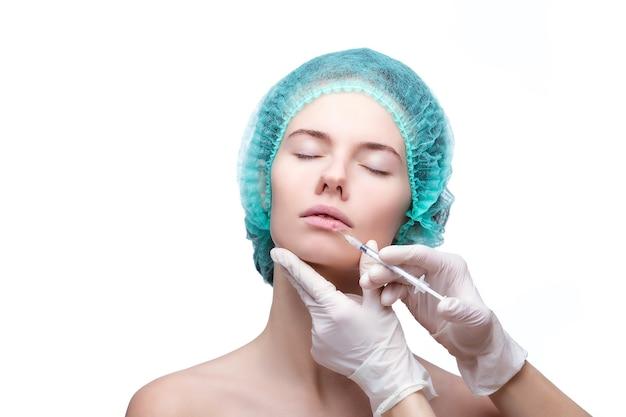 Портрет молодой женщины кавказа, получающей косметические инъекции.