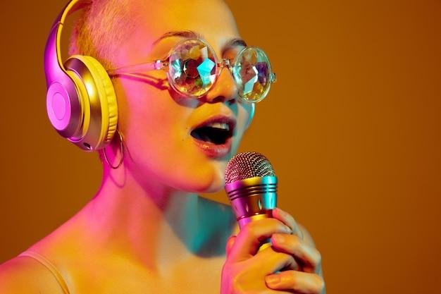 유행 안경에 젊은 백인 여자의 초상화